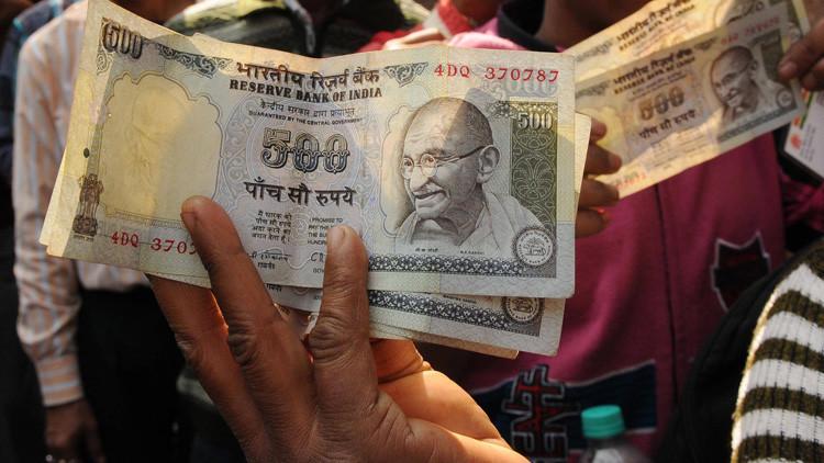 Una mujer pobre trata sin éxito de deshacerse de casi 15 millones de dólares de su cuenta bancaria