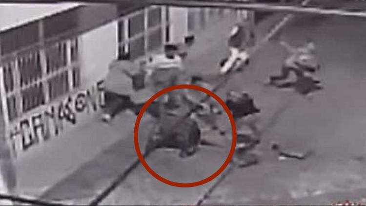 VIDEO: Policías colombianos lanzan piedras y golpean a un hombre en silla de ruedas