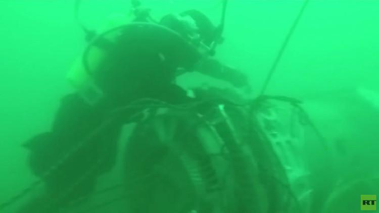 VIDEO: Muestran las imágenes de los buzos retirando los restos del Tu-154 del fondo del mar