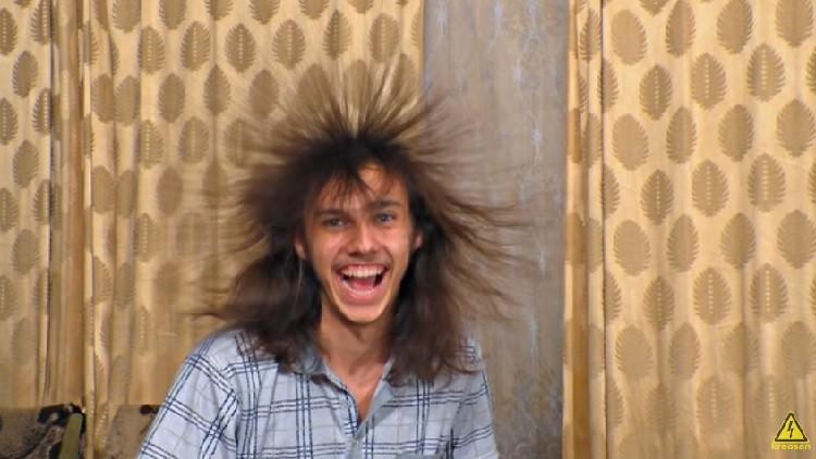 ¡No lo repitan en casa! Genera un millón de voltios y los pasa a través de su propio cuerpo (VIDEO)