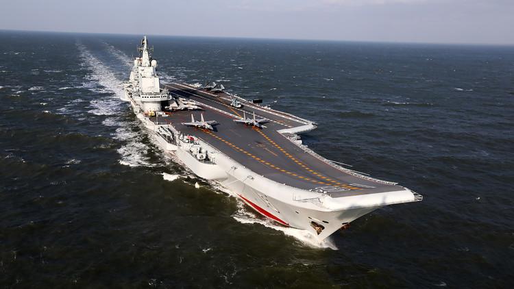 """""""Imponente y hermoso"""": China presume de nuevo portaaviones mientras lo 'pasea' por Japón"""