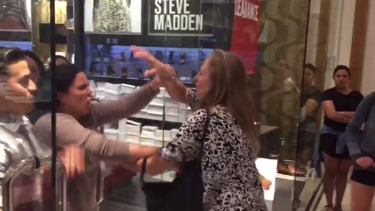 Una cliente y una empleada se enzarzan a golpes en un centro comercial