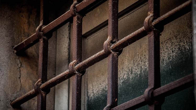 Un mexicano lleva más de 10 días detenido y aislado en Letonia tras un altercado con su casero