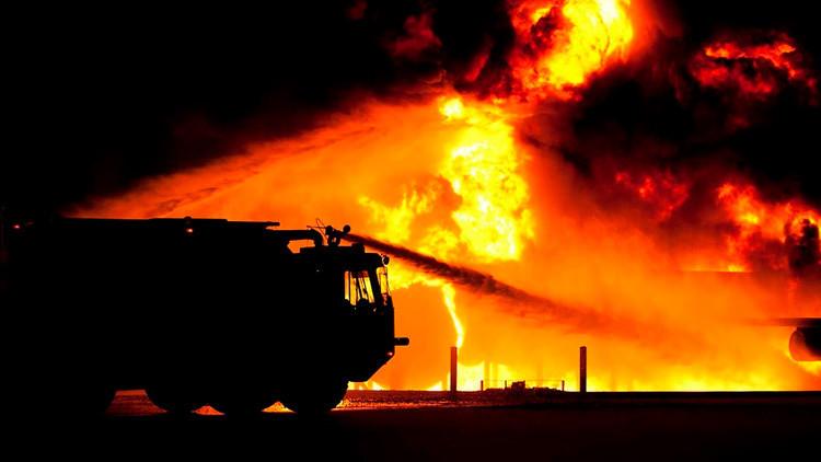 VIDEOS: Enorme incendio en una obra en construcción de Las Vegas