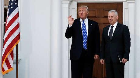 El presidente electo estadounidense, Donald Trump, y el general retirado James Mattis salen del club de golf en Bedminster, Nueva Jersey, EE.UU., 19 de noviembre de 2016.