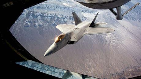 Un caza furtivo F-22 Raptor reposta en vuelo durante los ejercicios Bandera Roja, Nevada, EE.UU., febrero de 2016