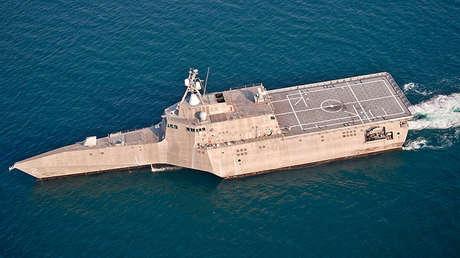 Buque de combate litoral USS Independence (LCS 2) en el océano Atlántico.