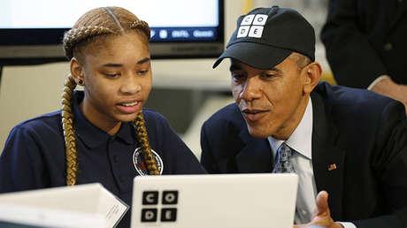 Barack Obama habla en la Casa Blanca con la estudiante Adrianna Mitchell, de Newark (Nueva Jersey, EE.UU.),  el 8 de diciembre de 2014.