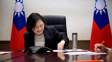 La líder de Taiwán, Tsai Ing-wen, habla por teléfono con el presidente electo de Estados Unidos, Donald Trump