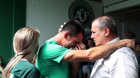 El portero del club Chapecoense, José Nivaldo Martins, junto al presidente interino del equipo en Chapeco.