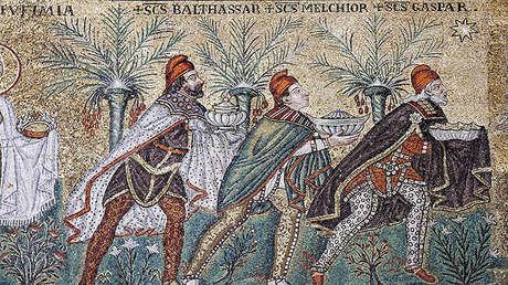 Mosaico de la iglesia de san Apolonio en Rávena que muestra a los tres Magos siguiendo la Estrella de Belén