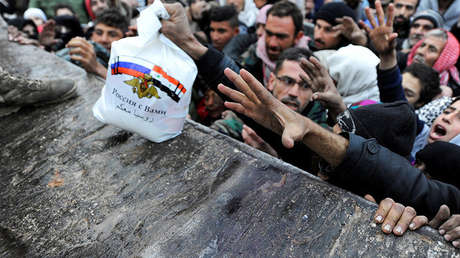 Comida, ropa y productos de primera necesidad, suministrados por el Centro ruso para Reconciliación de las partes del conflicto sirio, son repartidos entre los residentes en Alepo, el 30 de noviembre de 2016