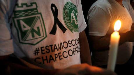 Un hombre con una vela rinde homenaje en Medellín, Colombia, a los jugadores del club brasileño Chapecoense fallecidos en el accidente aéreo, el 30 de noviembre de 2016.
