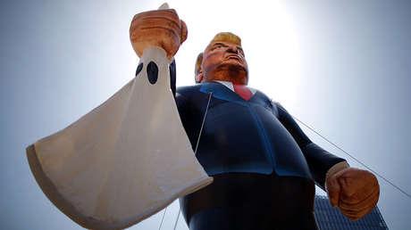 Una efigie de Donald Trump con una capucha del Ku Klux Klan en la mano durante una protesta en Los Angeles, el 1 de mayo de 2016.