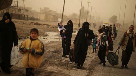 Familias iraquíes abandonan el barrio Al-Samah de Mosul, Irak