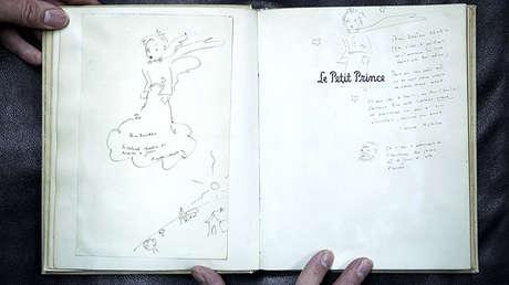 Ejemplar original de 'El Principito' con cuatro dibujos y dedicatoria del aviador y escritor francés Antoine de Saint-Exupéry, la víspera de su subasta en la casa Cazo, en París, 2 de diciembre de 2016.