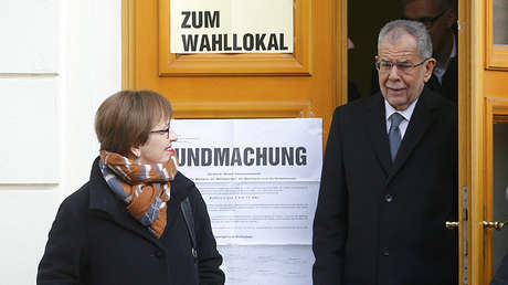 El candidato presidencial de Austria, Alexander Van der Bellen y su esposa salen de uno de los lugares de votación en Viena.