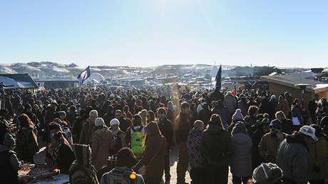 Una multitud protesta contra la construcción del oleoducto Dakota Access, en Cannon Ball, EE.UUU.
