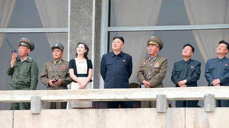 Kim Jong-un y su esposa Ri Sol-ju en una imagen publicada por la agencia KCNA el 21 de junio de 2013.