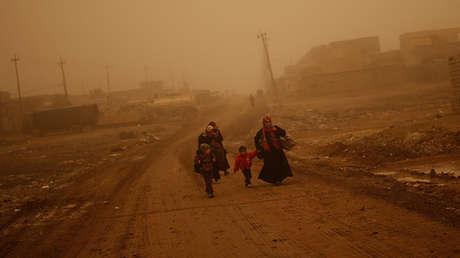 Una familia iraquí abandona el barrio Al-Samah de Mosul, Irak