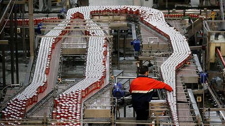 Un trabajador en la fábrica de cerveza de Mahou en Alovera, España.
