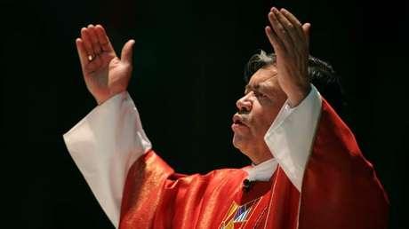 El cardenal mexicano Norberto Rivera Carrera asiste a una misa en la basílica de Guadalupe en Ciudad de México, el 21 de septiembre de 2006