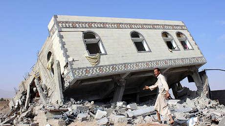 Edificio reducido a escombros tras un ataque aéreo lanzado por la coalición de Arabia Saudita en la ciudad de Saada, Yemen.