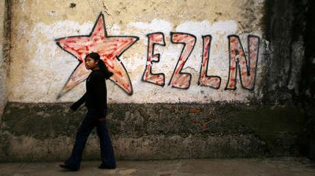Una niña pasea delante de un grafiti del Ejército de Liberación Nacional Zapatista (EZLN) en San Cristóbal (México)