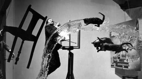 Atomicus Dalí, fotografía de 1948 de Philippe Halsman, donde explora la idea de la suspensión, representando tres gatos que vuelan, un cubo de agua lanzada y Salvador Dalí en el aire