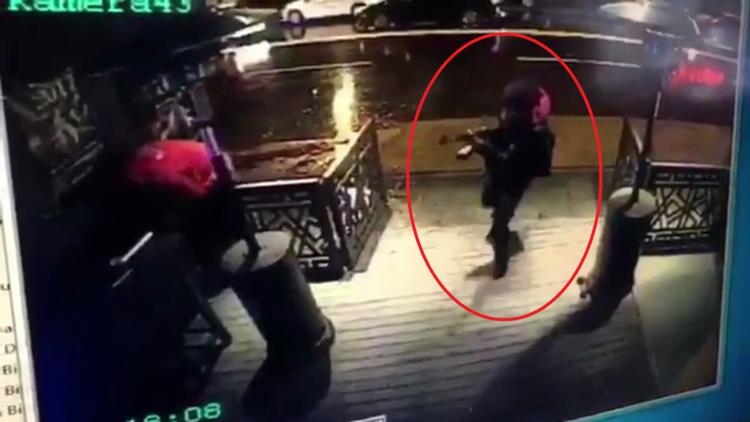 Un video muestra el momento en que el atacante de Estambul abre fuego