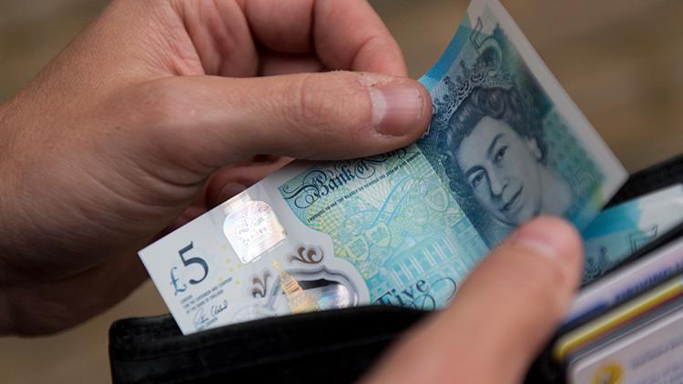 Un dibujo aumenta el valor de los billetes de cinco libras esterlinas a varios miles de dólares