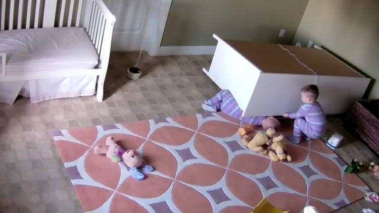 VIDEO: Momento exacto en que un bebé salva a su hermano gemelo tras caerle encima una cómoda