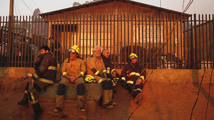 """""""Hay que seguir sirviendo"""": un bombero combatió un incendio en Valparaíso mientras su casa ardía"""