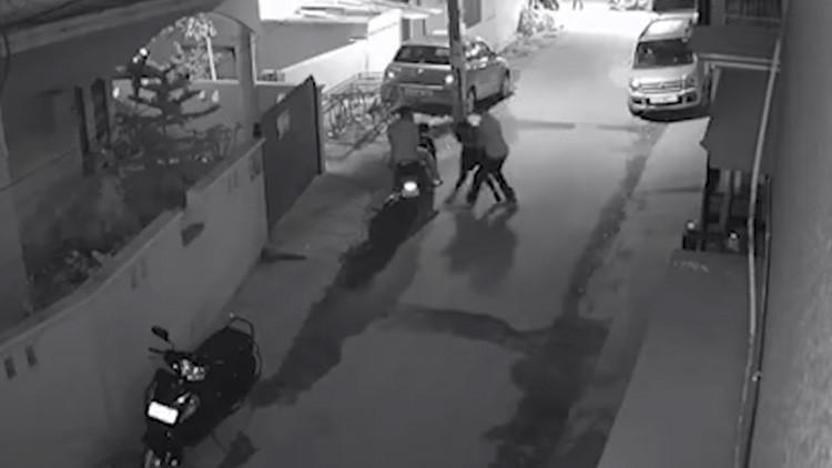 VIDEO: Dos hombres agreden a una mujer en plena Nochevieja en la India