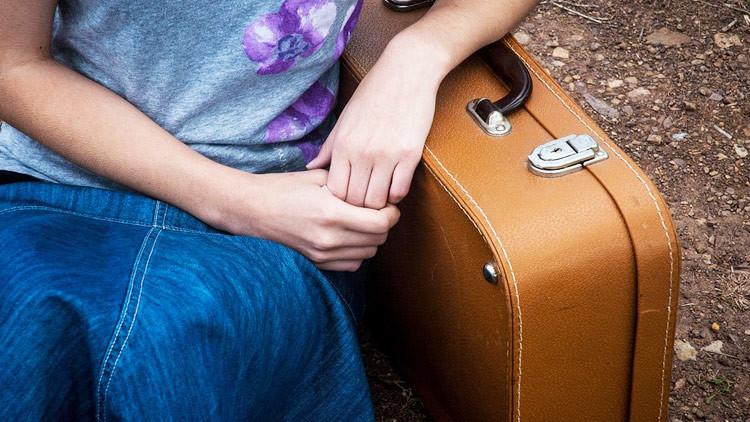 Resultado de imagen para niña se escapa con sus maletas