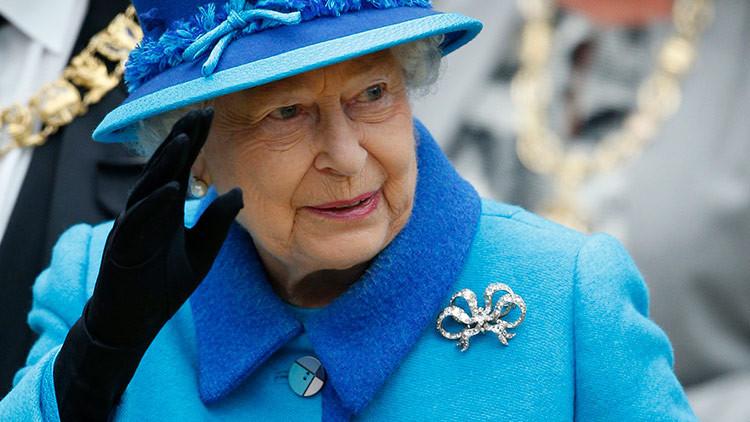 La reina de Inglaterra, casi disparada por su propio guardia