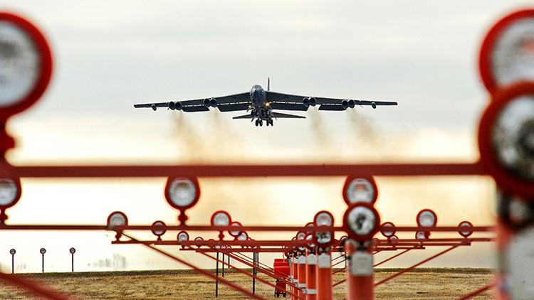Un bombardero nuclear B-52 de EE.UU. pierde un motor en pleno vuelo