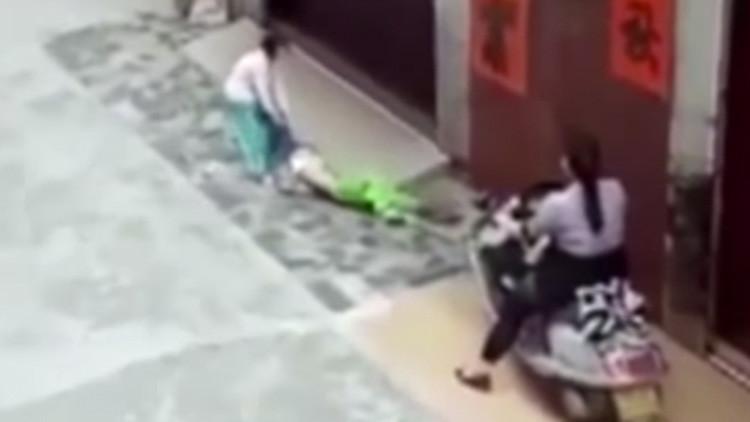 """Una abuela atropella a su nieta de 6 años para """"asustarla"""" (Video)"""