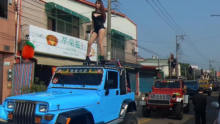 Videos: Invitan a 50 bailarinas de barra al funeral de un político taiwanés