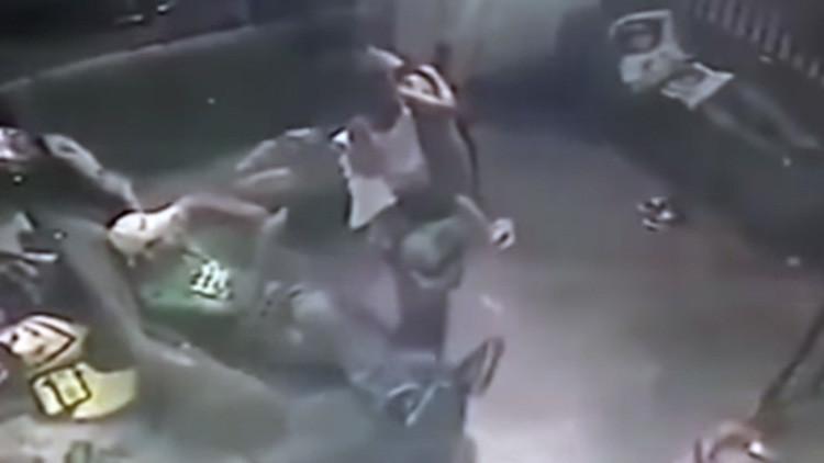 FUERTES IMÁGENES: Un hombre comete un asesinato en Brasil con una niña en brazos