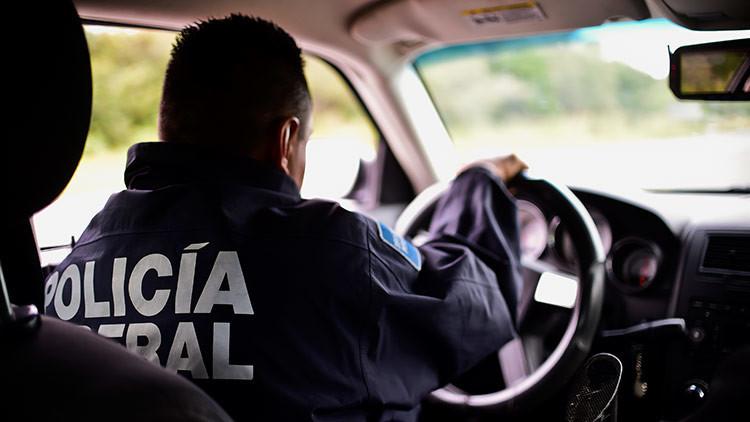 Policías sustraen mercancías de una tienda en medio de los saqueos en México (VIDEO)
