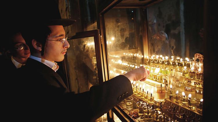 Hallan extraños grabados de una cruz y una menorá en una cueva de Israel