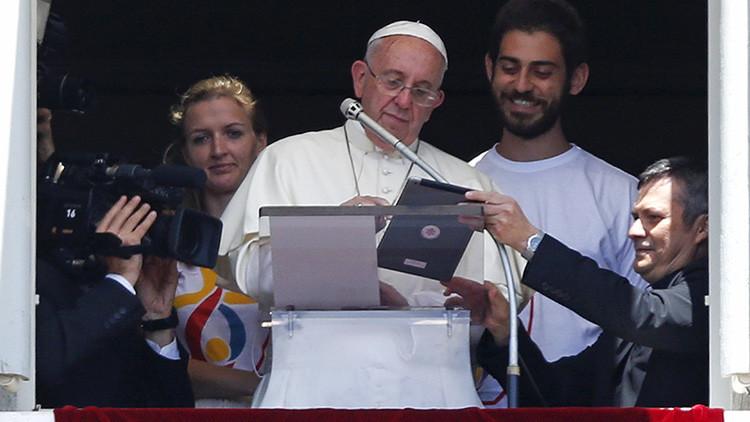 FOTO: Descubren al papa Francisco 'siguiendo los consejos' de Snowden