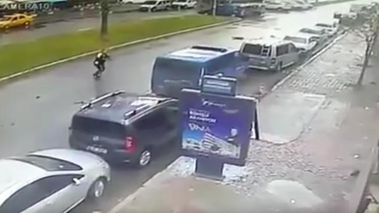 Video: Un heroico policía turco enfrenta a los terroristas en la ciudad de Esmirna