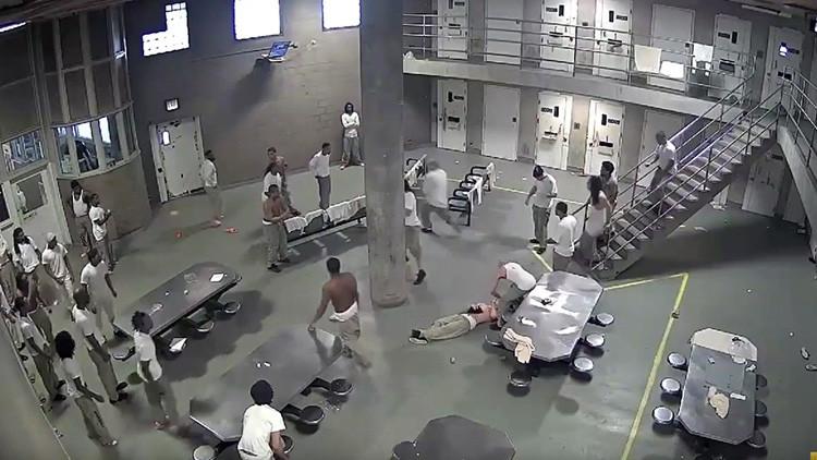 Una pelea en la cárcel más grande de Estados Unidos deja varios heridos (VIDEO)