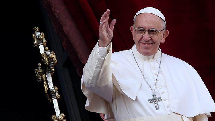 Tapa la cámara frontal y viaja en Ford Focus: sencillas lecciones de seguridad del papa Francisco