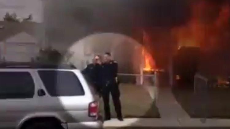 """El """"asqueroso"""" 'selfie' de dos policías frente a una casa en llamas causa indignación"""