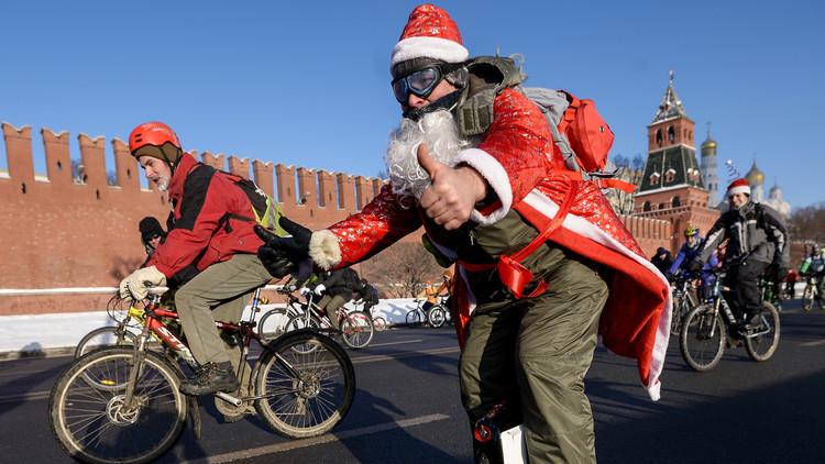 500 atrevidos participan en una prueba ciclista en Moscú a pesar del frío extremo