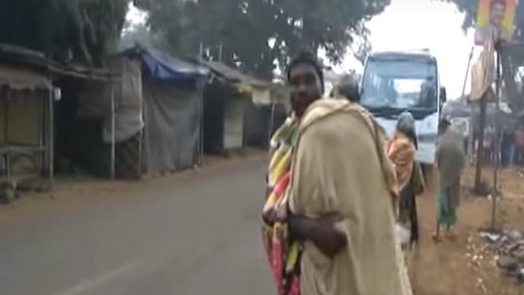 Video desgarrador: un indio se ve forzado a llevar en brazos el cadáver de su hija 15 kilómetros