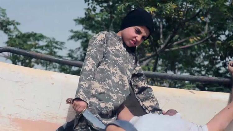 FUERTES IMÁGENES: El Estado Islámico difunde videos con niños de corta edad matando a prisioneros